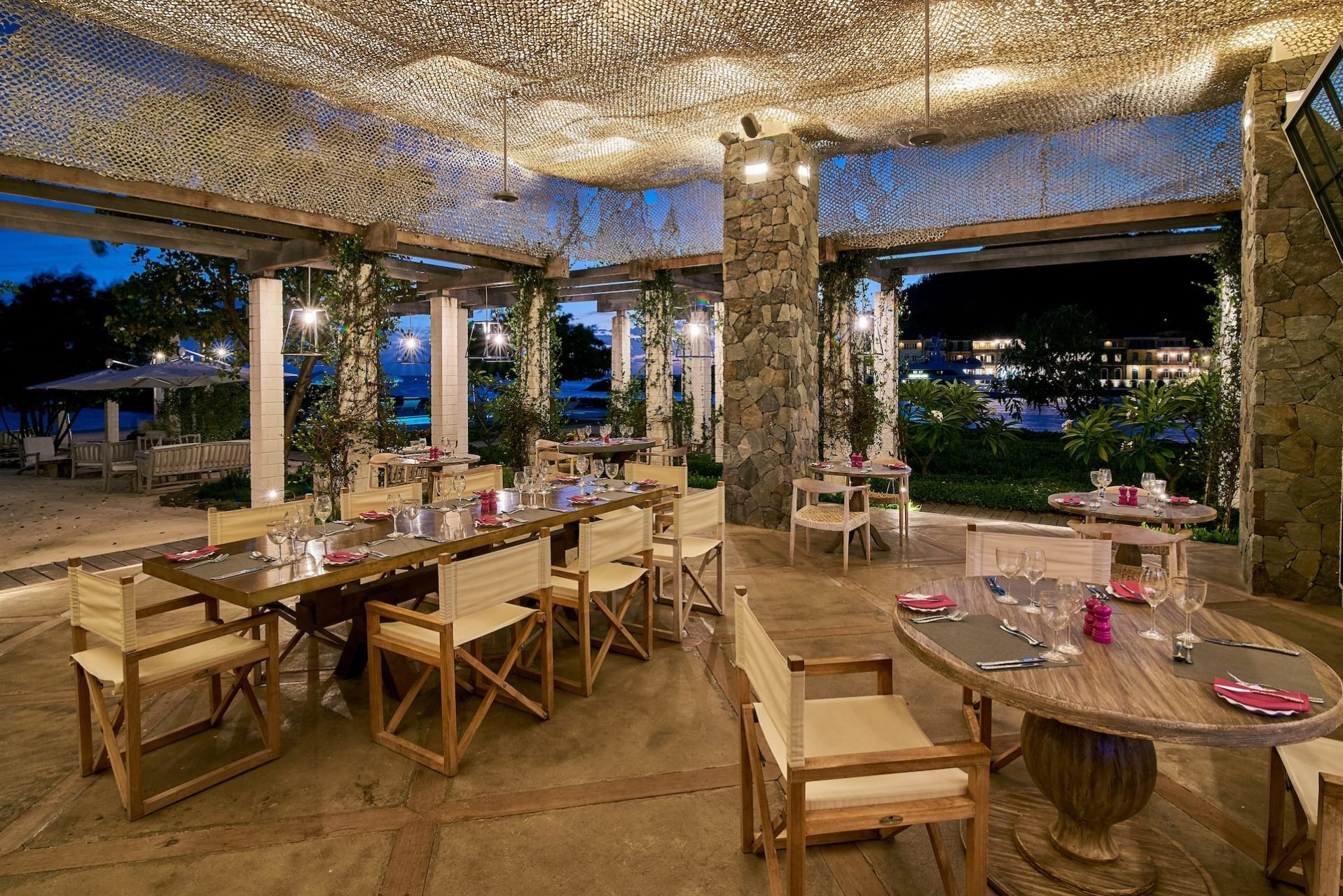 dinner at shenanigans restaurant canouan